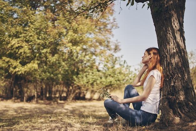 나무 자연 라이프 스타일 여름 근처에 앉아 예쁜 여자