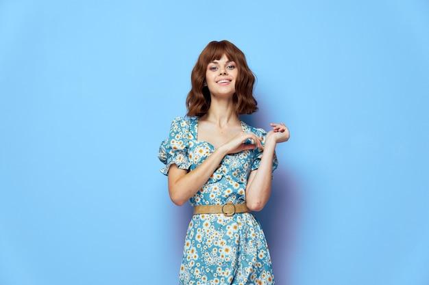 きれいな女性の笑顔楽しみに短い髪の夏服