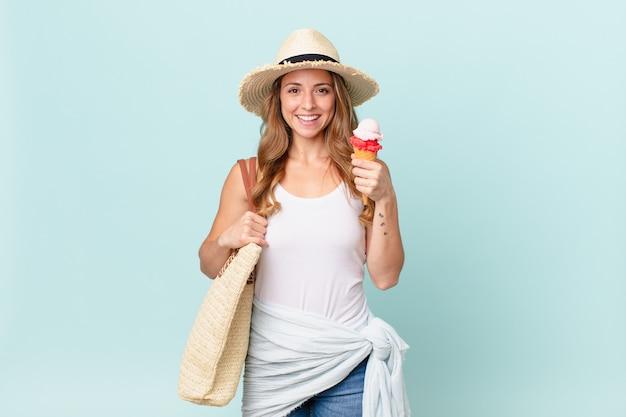 엉덩이에 손을 대고 자신감 있게 행복하게 웃고 있는 예쁜 여자. 여름 개념