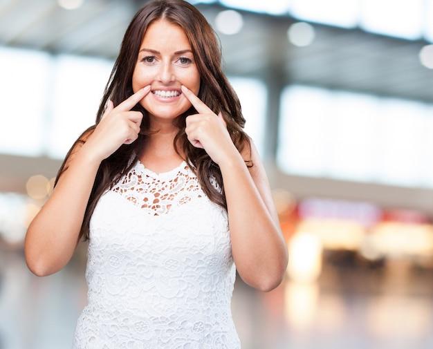 Bella donna sorridente su sfondo bianco
