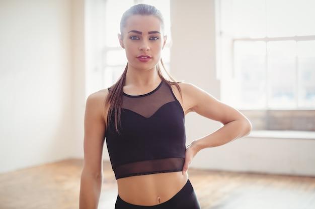 Bella donna in piedi in studio di danza hip-hop