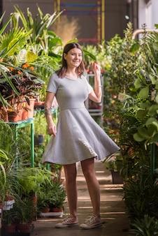 緑の家に立っているきれいな女性