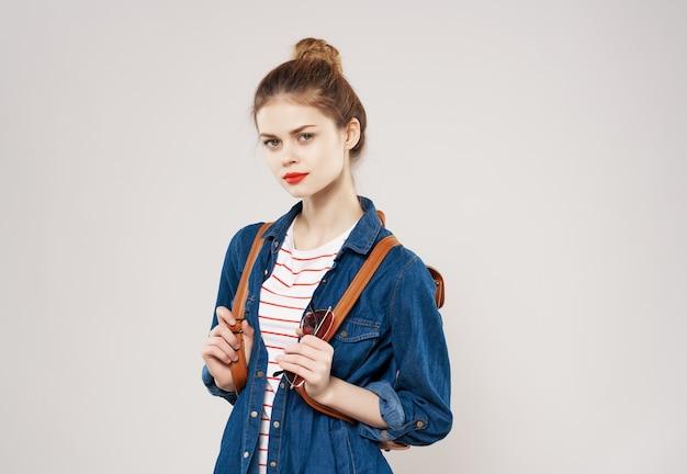 きれいな女性の学生は、ファッションの明るい背景を支配します