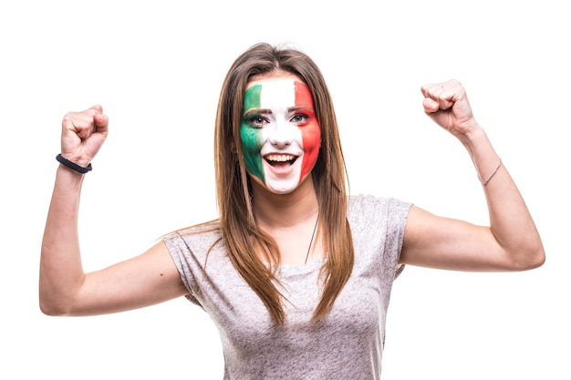 Симпатичная фанатка национальной сборной мексики, раскрашенная флагом, получает счастливую победу и кричит в камеру. поклонники эмоций.