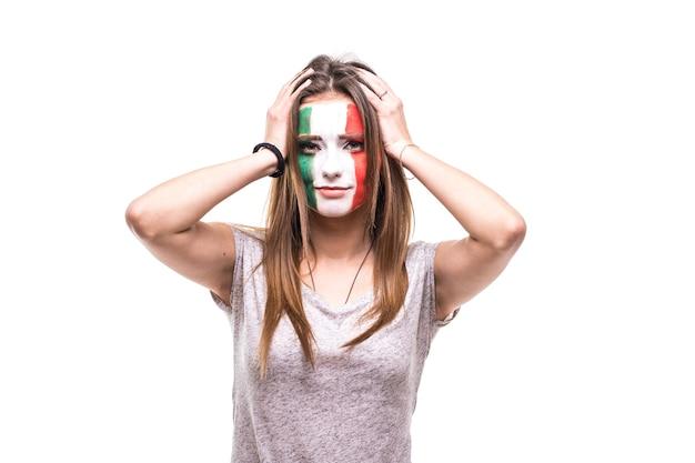 旗の顔を描いたメキシコ代表のきれいな女性サポーターファンは、カメラに不幸な悲しい欲求不満の感情を取得します。ファンの感情。