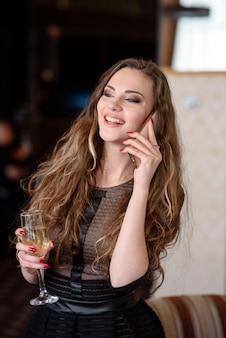 Красивая женщина разговаривает по телефону в ресторане
