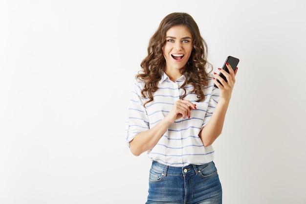 Pretty woman parlando su smartphone, sorridendo guardando nella fotocamera, isolata