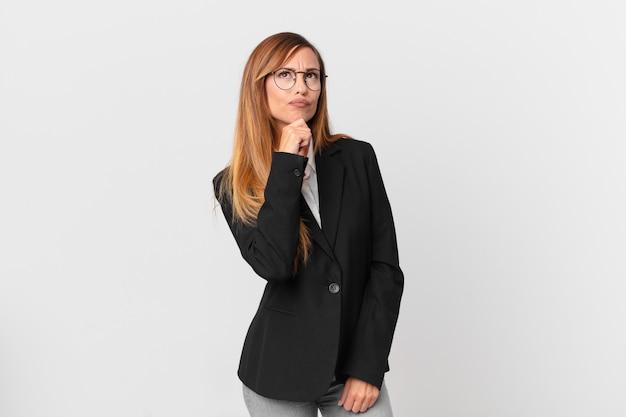 Симпатичная женщина думает, чувствует себя неуверенно и смущенно. бизнес-концепция