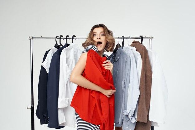赤いシャツスタジオの感情に挑戦しているきれいな女性