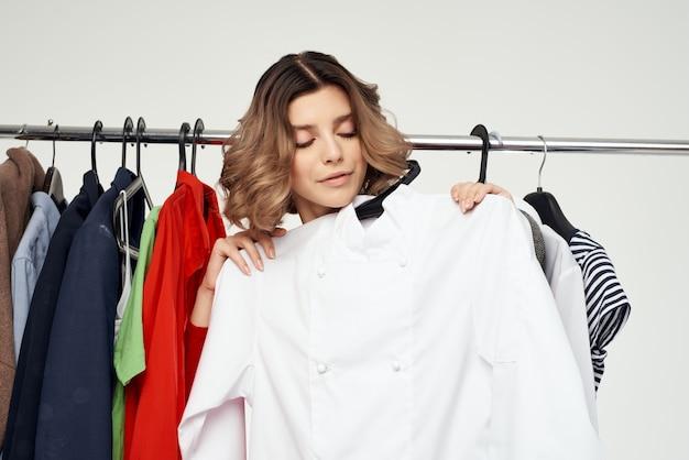 Красивая женщина примеряет магазин одежды шопоголик изолированный фон