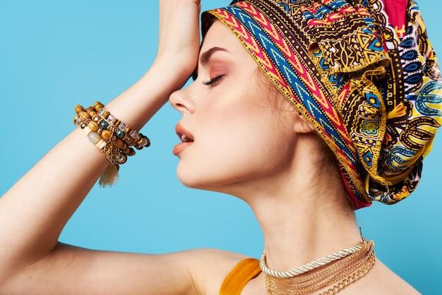 彼女の頭飾り電話の青い背景にきれいな女性のターバン。高品質の写真