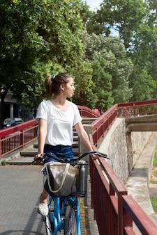 Bella donna che usa un modo ecologico per il trasporto