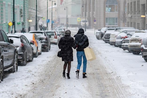 겨울 시즌 b에 따뜻한 옷을 입고 도시에서 예쁜 여자 산책