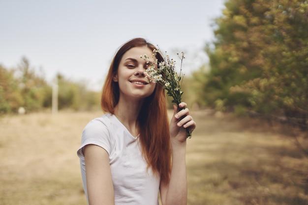 きれいな女性フィールド自然ライフスタイル夏を歩きます。高品質の写真
