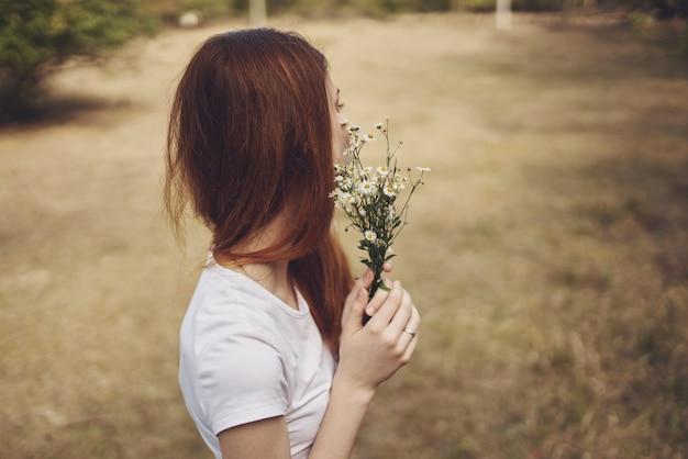 きれいな女性がフィールドで歩く自然ライフスタイル夏