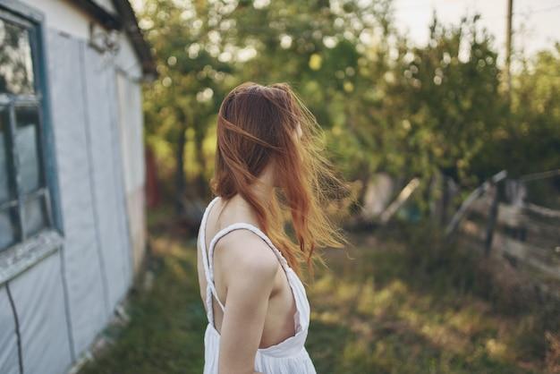 きれいな女性が野原を歩く太陽の自由