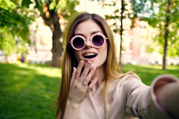 きれいな女性がこの夏のライフスタイルで公園を歩く