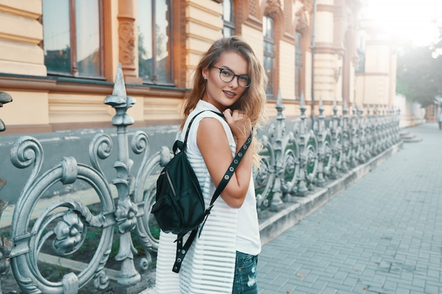 Donna graziosa che cammina in una città europea durante il fine settimana