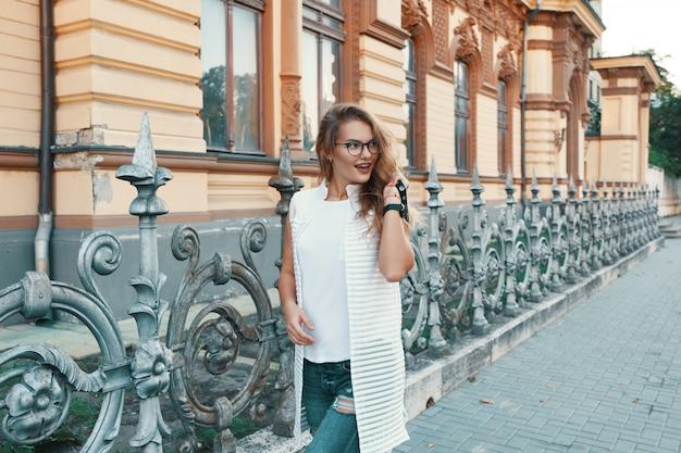 주말 동안 유럽 도시에서 걷는 예쁜 여자