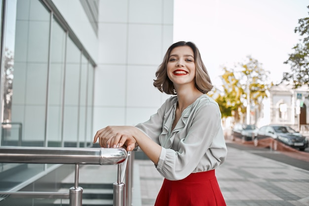 Красивая женщина, ходить в красной юбке развлечения на открытом воздухе. фото высокого качества