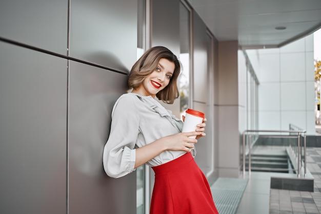 Красивая женщина идет в красной юбке развлечения на открытом воздухе