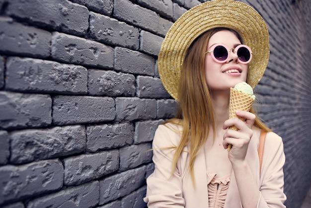 ストリートファッションの夏の街の旅を歩いているきれいな女性。高品質の写真