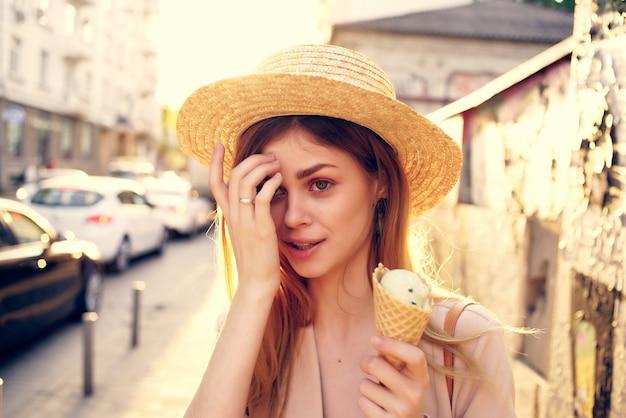 거리 패션 여름 모델에서 걷는 예쁜 여자