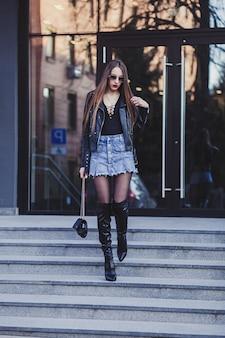 通りを歩いてきれいな女性