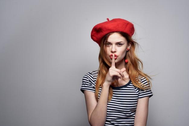 新鮮な空気をポーズする赤い帽子メイクフランスヨーロッパファッションを身に着けているきれいな女性