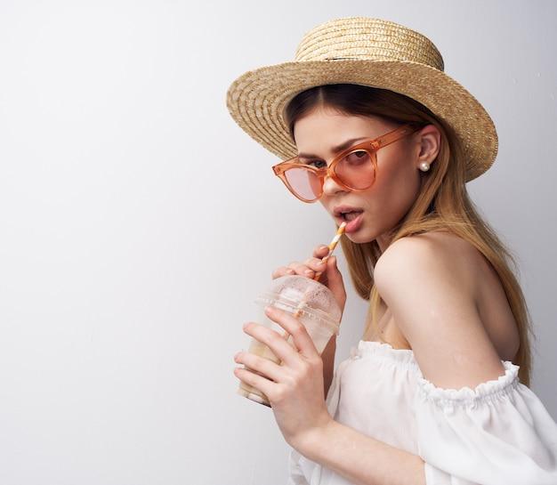 Красивая женщина носить модную одежду шляпы и коктейли роскошные развлечения. фото высокого качества