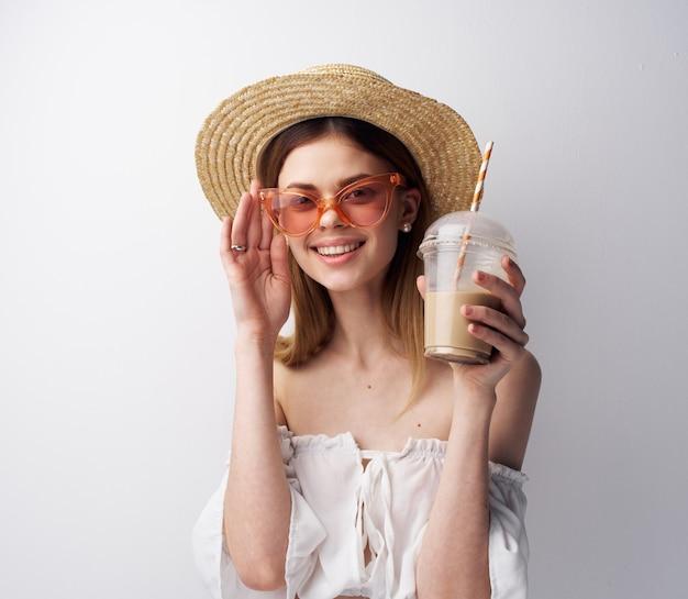 Красивая женщина в модной одежде в шляпах и роскошных коктейлях