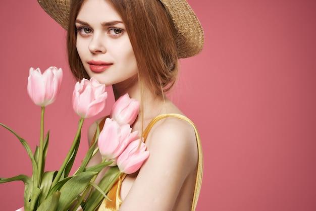 Красивая женщина в шляпе розовые цветы букет гламур крупным планом