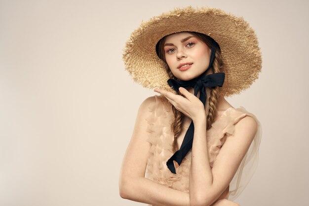 帽子の肖像画を身に着けているきれいな女性
