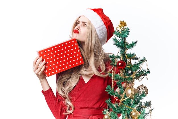 サンタコスチュームデコレーションギフト楽しい休日を身に着けているきれいな女性