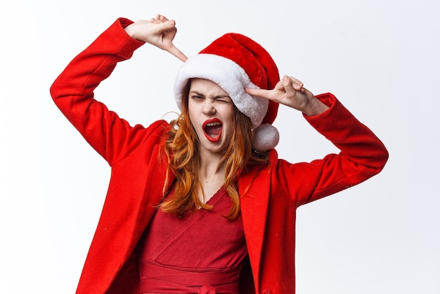 サンタの帽子をかぶったきれいな女性のクリスマスファッションのポーズ。高品質の写真