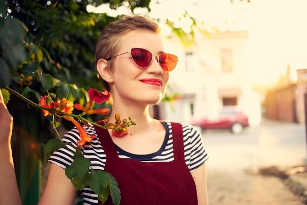 サングラスをかけているきれいな女性花屋外ロマンスライフスタイル