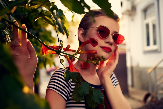 야외에서 선글라스를 끼고 예쁜 여자 꽃 장식 포즈