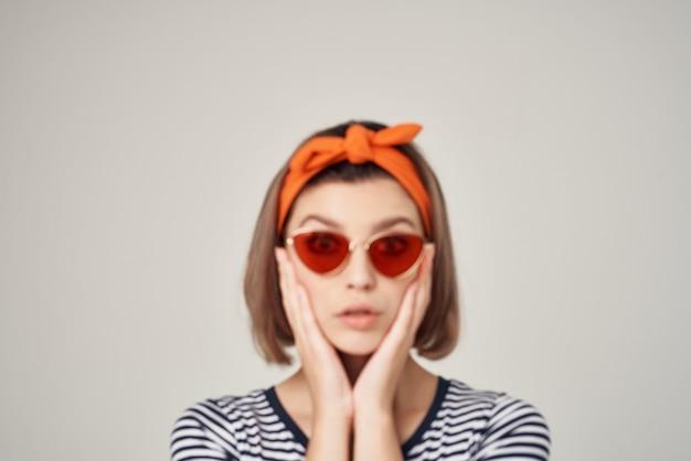 ファッション装飾の贅沢をポーズサングラスをかけているきれいな女性