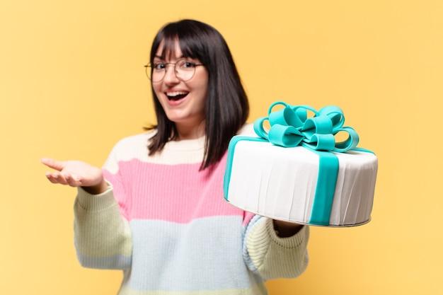 誕生日ケーキを持つきれいな女性
