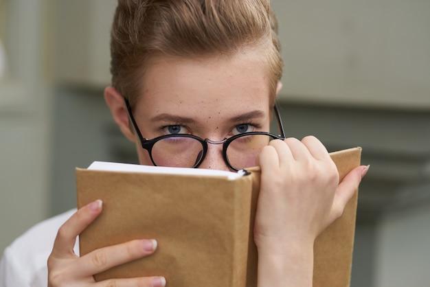 야외에서 라이프스타일을 읽고 있는 그의 손에 책을 들고 있는 예쁜 여자