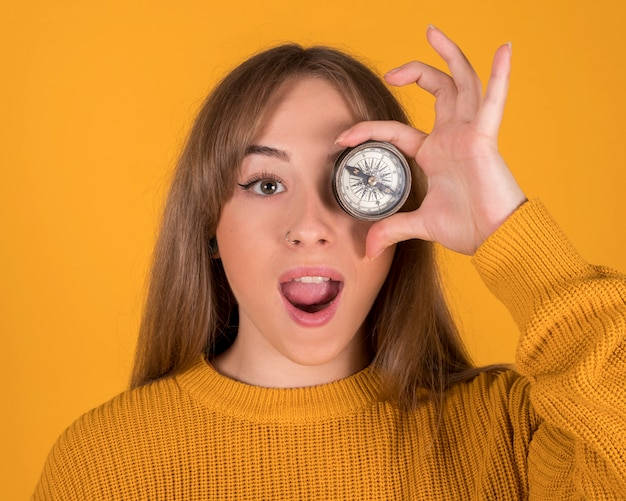 Красивая женщина с компасом на лице