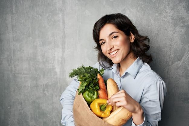 식료품 야채 배달 쇼핑 패키지와 함께 예쁜 여자