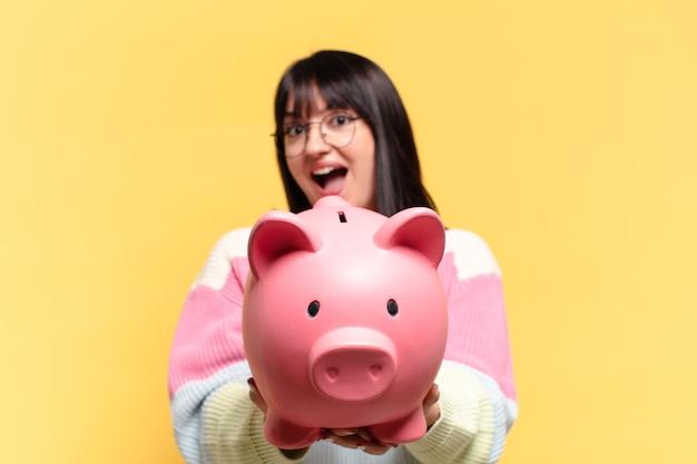 貯金箱を持つきれいな女性
