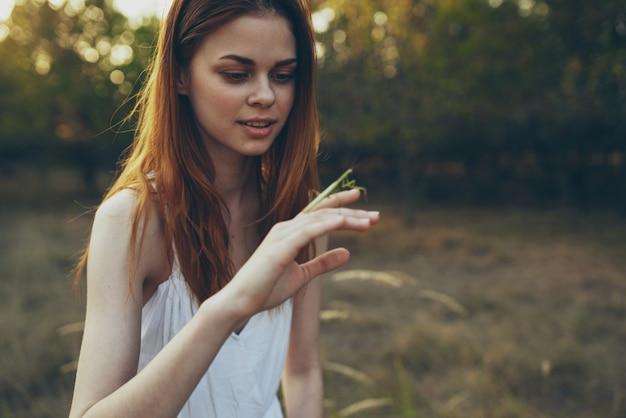 手動物のカマキリときれいな女性