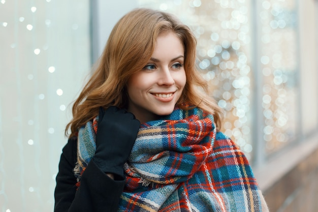 달콤한 미소로 예쁜 여자는 크리스마스 쇼핑을 만든다.