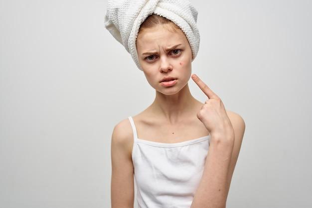 Красивая женщина с полотенцем на голове студия косметологии