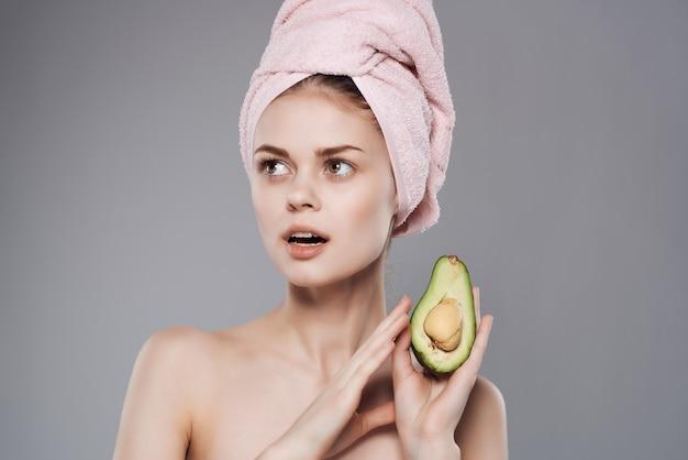 벌거 벗은 어깨와 예쁜 여자 아보카도 비타민 과일 이국적인입니다. 고품질 사진