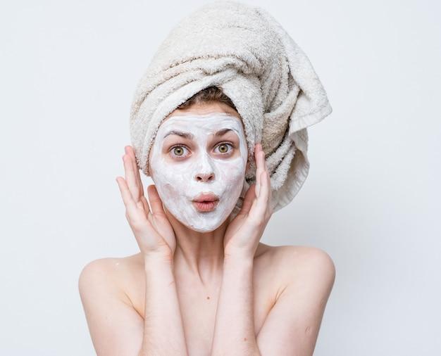 Красивая женщина с обнаженными плечами кремовая маска для ухода за кожей обрезанный вид