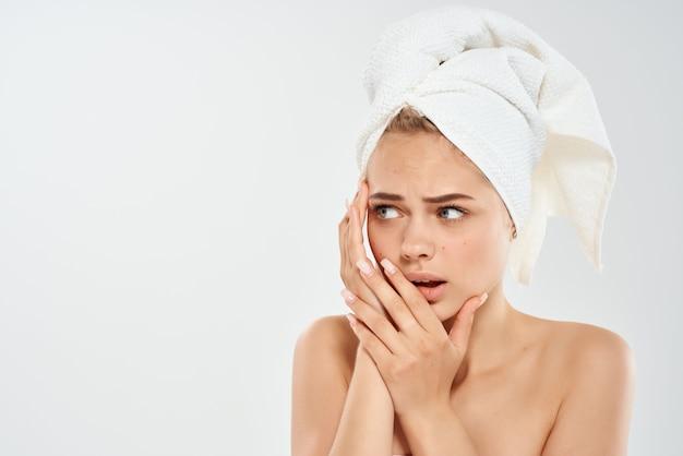 裸の肩を持つきれいな女性不満衛生皮膚科クローズアップ