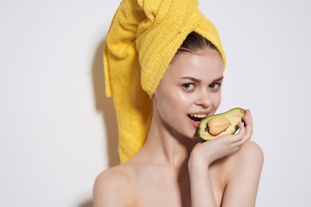 벌거 벗은 어깨를 가진 예쁜 여자 과일 라이프 스타일 비타민 신선도입니다. 고품질 사진